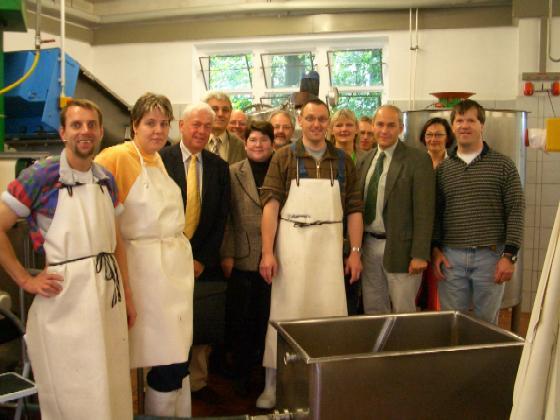 """Das Thema """"Arbeit"""" stand im Mittelpunkt des Besuches der CDU-Mitglieder im Ausschuss für Arbeit, Soz. und Senioren in der Marienburg. In der Mosterei und im Verkaufsladen informierten sie sich über Produktion und Vermarktung selbst hergestellter Produkte."""