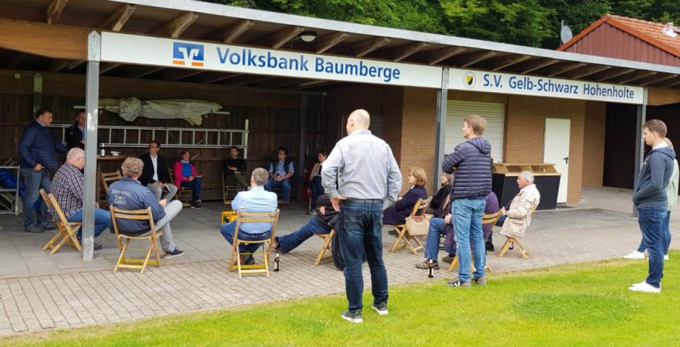 """Das Abdach des Sportheim war eine """"Corona""""-taugliche Alternative für das Treffen des CDU-Arbeitskreises Hohenholte"""