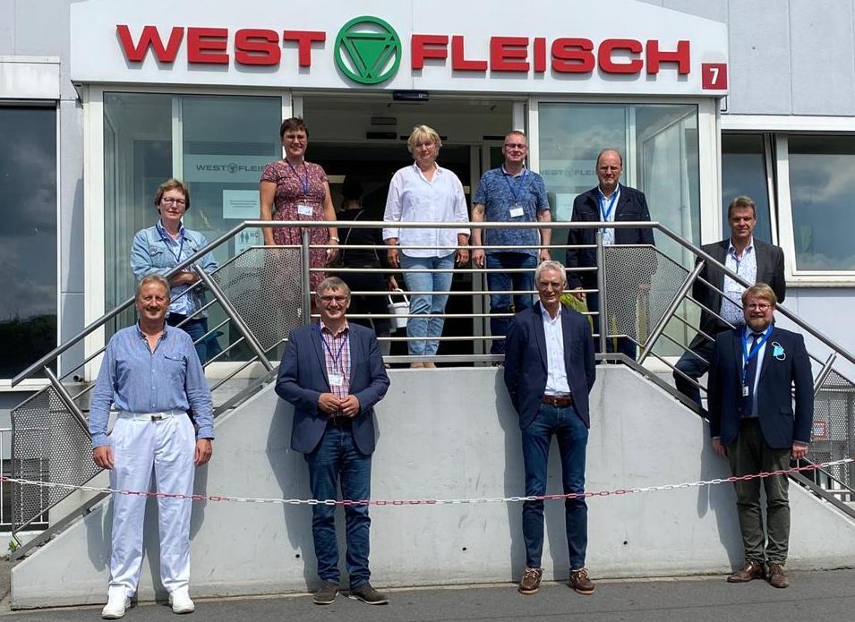 Beim Westfleisch Standort in Coesfeld verändert sich einiges, wie u.a. Johannes Bayer (3.v.l. unten) als Leiter des dortigen Centers gegenüber Wilhelm Korth MdL (2.v.l. unten) und Vertretern der CDA bei der Sommertour der CDU-Sozialausschüsse erläuterten.