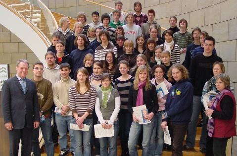 Die Schüler des Grund- und Leistungkurses Sozialwissenschaft vom Gymnasium Nottuln gemeinsam mit Werner Jostmeier, MdL und ihren Lehrerinnen Christine Kuthe (ganz rechts, Reihe 2) und Monika Schoppmann (ganz rechts, Reihe 1) im Landtag.