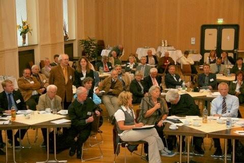 Im Festsaal von Stift Tilbeck moderierten Dr. Wolfgang Erfeld und Anne Richter (stehend) das Fachgespräch zum neuen Heimrecht. Zuvor hatte Rudolf Henke MdL die Inhalte des neuen Gesetzes dem interessierten Publikum vorgestellt