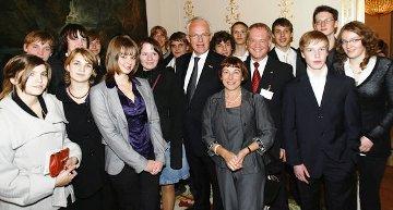 Die Antonius-Schüler wurden in der Botschaft von Ministerpräsident Jürgen Rüttgers (Mitte) und dem CDU-Landtagsabgeordneten Werner Jostmeier (5.v.r.) begrüßt.