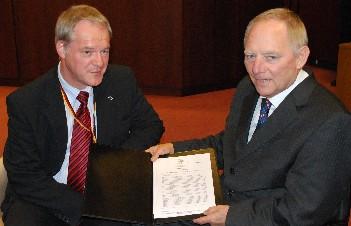 Das Foto zeigt Werner Jostmeier (li.) mit Wolfgang Schäuble bei der Übergabe.