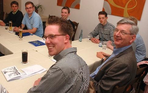 v. l. Christoph Wäsker, Karl Schiewerling MdB und weitere interessierte JU-Mitglieder