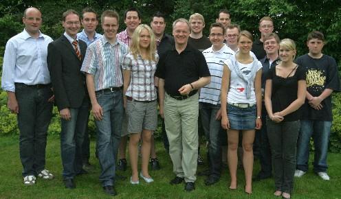 Die JU-Mitglieder mit dem Kreisvorsitzenden Christoph Wäsker (4 v. l.) im Garten von Werner Jostmeier (8. v. l.)