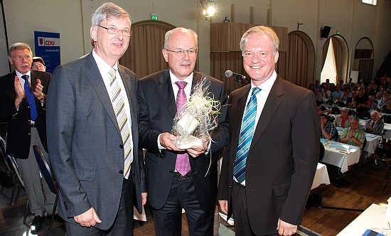 Volker Kauder (Mitte) mit MdB Karl Schiewerling (links) und CDU-Kreisvorsitzendem Werner Jostmeier MdL (rechts), der bei diesem Parteitag im Amt klar bestätigt wurde.