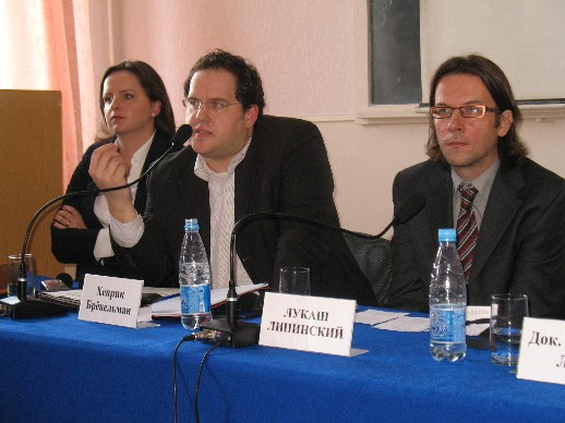 Anna Radwan-Röhrenschef (polnische Robert-Schumann-Stiftung), Henrik Bröckelmann (Junge Union Deutschlands) und Lukasz Lipinski (Journalist, gazeta wiborcza) werben für die EU.