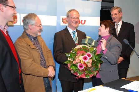 Werner Jostmeier (Mitte) wurde mit eindrucksvollem Votum für die Landtagswahl 2010 nominiert. Zu den ersten Gratulanten zählten die stellv. CDU-Kreisvors. Anni Willms, Valentin Merschhemke, CDU-Kreisgeschäftsf. Hans-Peter Egger und MdB Karl Schiewerling
