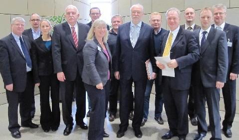 Billerbecks Bürgermeisterin Marion Dirks übergibt in Düsseldorf rund 3.700 Unterschriften für den Erhalt der Zeltfeste