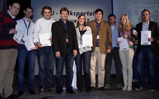 """Henrik Bröckelmann aus Nottuln (links) freut sich mit dem JU-Landesvorsitzenden Sven Volmering (4.v.l.) und den weiteren Gewinnern über die Auszeichnung """"Beste Aktion 2010"""""""