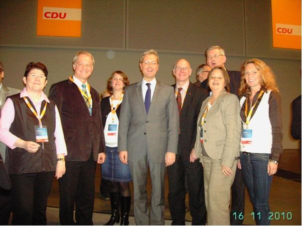 Die Delegierten aus dem Kreis Coesfeld beim CDU-Bundesparteitag gratulierten dem neuen stellv. Bundesvorsitzenden Norbert Röttgen zu dessen Wahl – hier im Bild auch mit Bundestagspräsident Norbert Lammert.