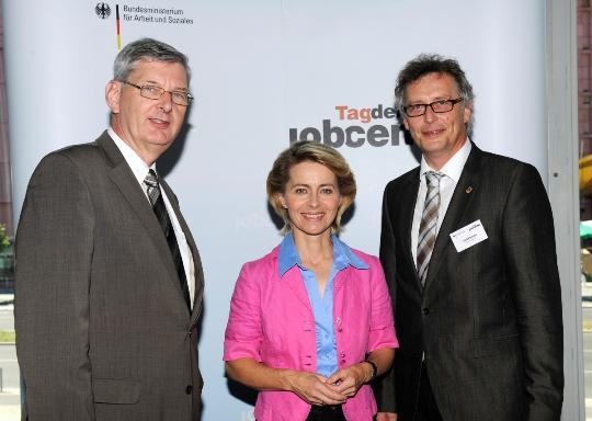 Berieten beim Jobcenter-Tag in Berlin über die bessere Umsetzung des Bildungs- und Teilhabepakets: MdB Schiewerling, Ministerin von der Leyen und Sozialdezernent Schütt vom Kreis Coesfeld.