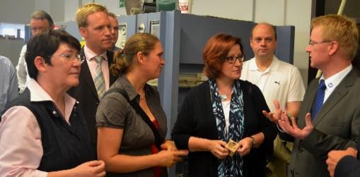 Handwerks-Geschäftsführer Ulrich Müller (r.) erläutert zum Auftakt der Sommertour MdB Ingrid Fischbach (M.) die Ausbildungssituation – hier mit (v.l.) Anni Willms und Marc Henrichmann von der Kreis-CDU sowie der CDA-Kreisvorsitzenden Ulrike Prott.