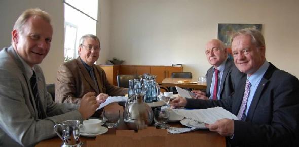 Von links: Dr. Michael Oelck, Hauptgeschäftsführer der Kreishandwerkerschaft,  Kreishandwerksmeister Norbert Hoffmann, Bernhard Schemmer MdL und Werner Jostmeier MdL,  im Gespräch.