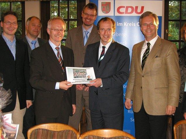 Auf dem Bild von rechts nach links: CDU-Stadtverbandsvorsitzender Hans Pixa, Minister Oliver Wittke, stellv. Vorsitzender Claus Löcken, Bürgermeister Heinz Öhmann, Vorstandsmitglieder Jochen Theisen und Valentin Merschhemke