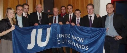 Gastredner Bernhard Schemmer MdL (4. v.l.), Werner Jostmeier MdL (5. v.l.), der Sendener JU-Vorsitzende Tobias Langer (3. v.r.) und Kreisvorsitzender Christoph Wäsker (2. v.r.) mit einigen Gästen und Kreisvorstandsmitgliedern beim JU-Neujahrsempfang 2012