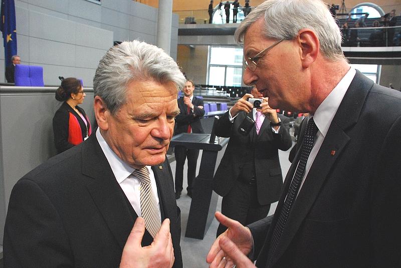 Glückwünsche, ein erstes Gespräch und eine Einladung in den Kreis Coesfeld noch direkt im Plenarsaal: Bundespräsident Joachim Gauck und MdB Karl Schiewerling.