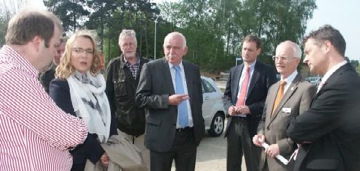 Dr. Rawert-Messing (l.) erläuterte Frau Prof. Kemfert (2.v.l.) die Erfolge der neuen Bio-Gasanlage. Mit dabei auch CDU-Landtagskandidat Schemmer (M)., ferner Bürgermeister Öhmann und sein Vertreter Tranel sowie die Leitung  der Coesfelder Stadtwerke.