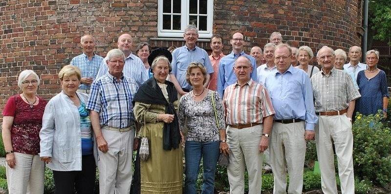 MdB Karl Schiewerling (Mitte, oben) und eine Coesfelder CDU-Delegation vor dem historischen Pulverturm mit Mitgliedern des Coesfelder Heimatvereins. Darunter Vorsitzende Edith Eckert-Richen mit der Sonntagstracht einer früheren westfälischen Frau.