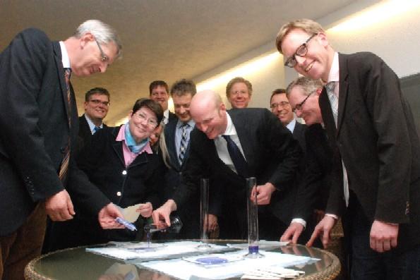 """Die CDU-Politiker – hier im Bild u.a. CDU-Kreisvorsitzender Marc Henrichmann (rechts) und MdB Karl Schiewerling (links) – beim handfesten Experiment während des Info-Besuchs beim Medizin-Unternehmen """"sorbion"""" in Senden-Bösensell."""