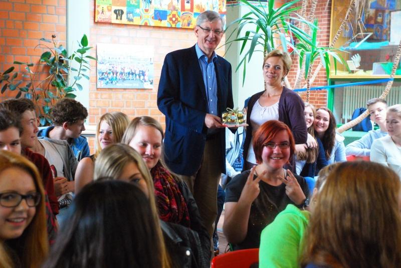 Unser Bild zeigt MdB Schiewerling und die Lehrerin Cordula Klingenberg zusammen mit den Liebfrauen-Schülern.
