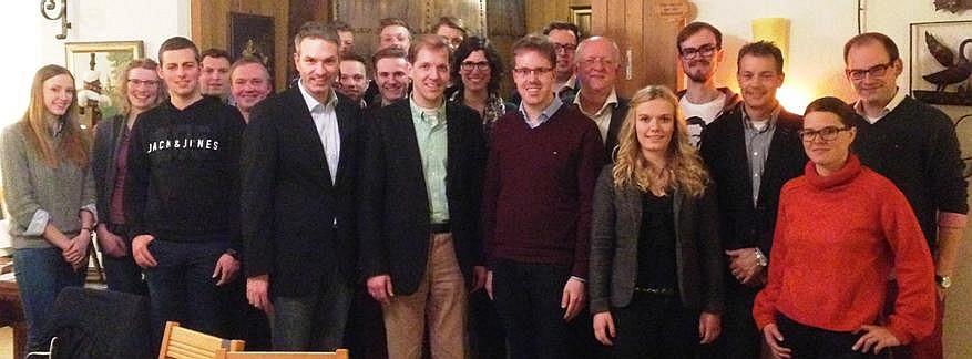 Mit dem CDU-Landratskandidaten Christian Schulze Pellengahr (Mitte) und dem Billerbecker CDU-Bürgermeisterkandidaten Stefan Holtkamp (6. v.l.) diskutierten zahlreiche JU'ler die Zukunft des Kreises Coesfeld und der Stadt Billerbeck.
