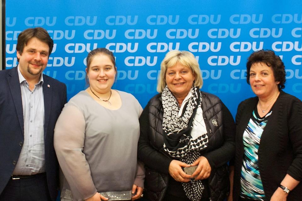 Der 1. stellvertretende Vorsitzende der CDA Nordrhein-Westfalen, Dennis Radtke (1. v. l.), gratulierte (v. l.) Ann-Sophie Pachal (Beisitzerin), Daniela Arndt (Vorsitzende) und Monika Willimzig (Beisitzerin) zu ihrer Wahl in den Vorstand der AG Frauen.