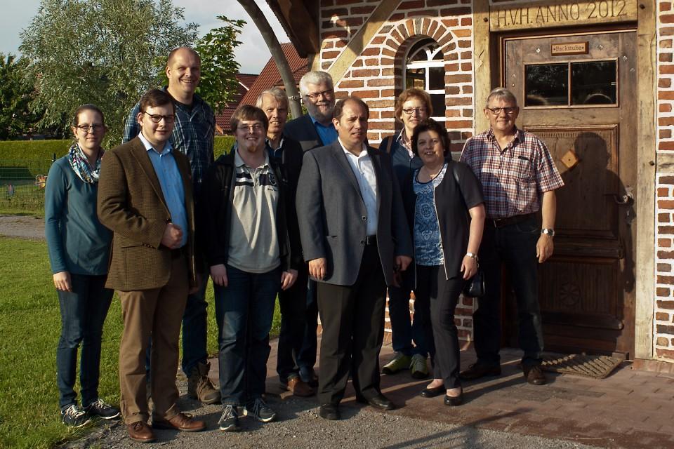 Das Rosendahler CDA-Vorstandsmitglied Ewald Rahsing (1. v. r.) und der stellvertretende Bürgermeister Hubertus Söller (5. v. r.) informierten den CDA-Kreisvorstand über das Tor-haus von Haus Holtwick und den örtlichen Generationenpark.