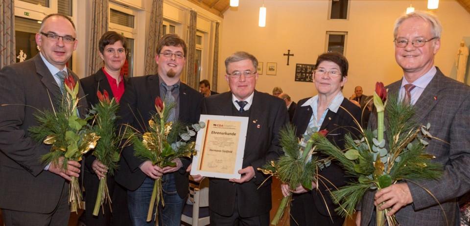 Dank und Gratulation für Hermann Südfeld (mit Urkunde) vom amtierenden Kreisvorsitzenden Jan Willimzig (3. v. l.) sowie den ehemaligen Kreisvorsitzenden Roland Hericks, Ulrike Prott, Anni Willms und Werner Jostmeier (v. l. n. r.).