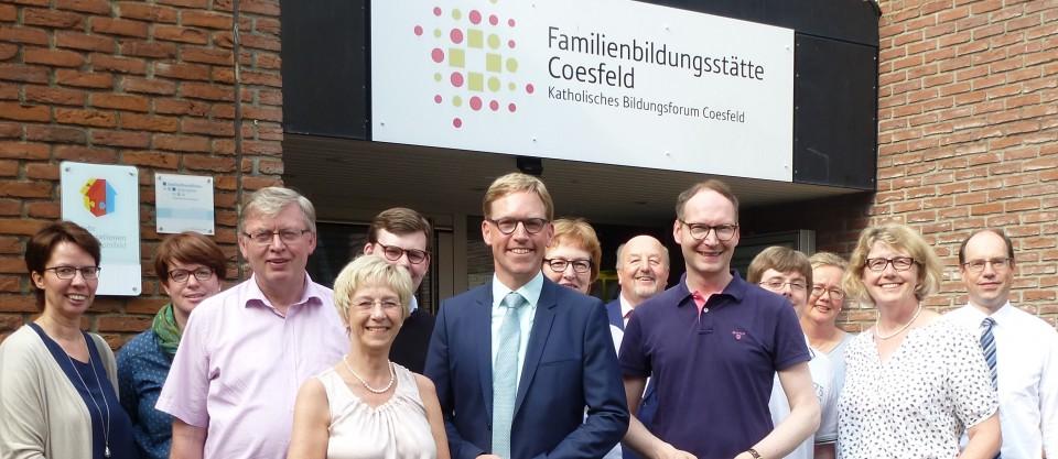CDU-Bundestagskandidat Marc Henrichmann (M.) besuchte mit einer CDU-Delegation die Familienbildungsstätte Coesfeld. Leiterin Ulrike Wißmann (4.v.l.) und Mitarbeiterin Mechtild Henke (2.v.l.) informierten die Gäste.