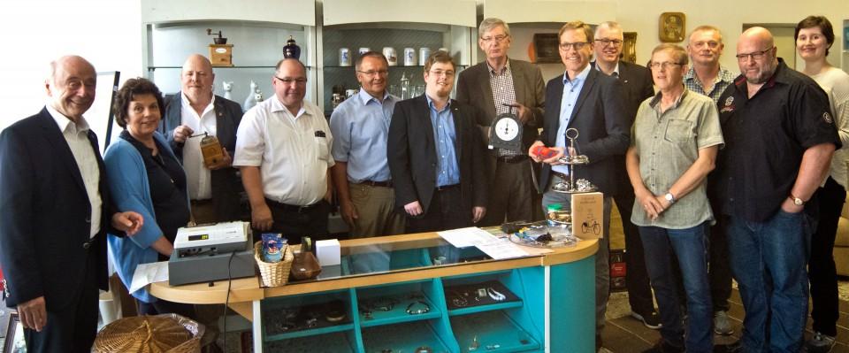 Besuch im Sozialkaufhaus: A&QUA-Geschäftsführer Christoph Irzik (4. v. l.) stellte Karl Schiewerling MdB (Mitte), Marc Henrichmann (6. v. r.) und den weiteren Teilnehmern der CDA-Sommeraktion das Sozialkaufhaus Neufundland vor.