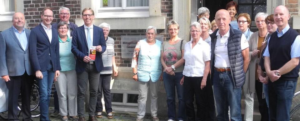 """Marc Henrichmann (5.v.l.) informierte sich mit einer Delegation der CDU-Sozialausschüsse (CDA) bei den Ehrenamtlichen des Mittagstisches Lamberti sowie denen der """"Offenen Tür"""" der Kirchengemeinde und würdigte das Engagement der ehrenamtlichen Aktiven."""