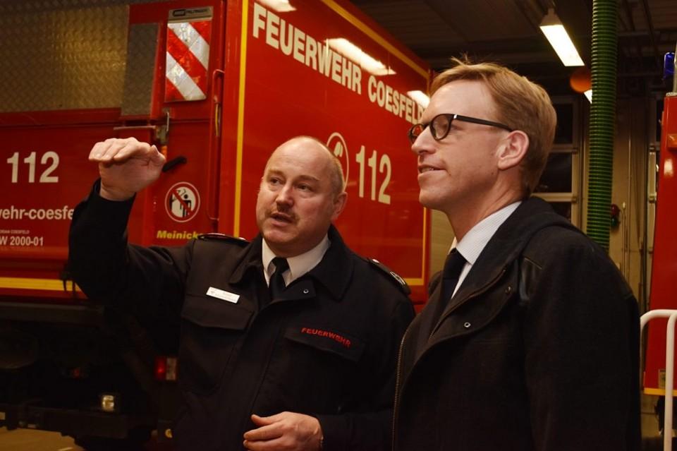 Der Bundestagsabgeordnete Marc Henrichmann (r.) ließ sich von Stadtbrandinspektor Richard Schulze-Holthausen auch die Fahrzeuge und die Ausstattung in der Wache am Rottkamp zeigen.