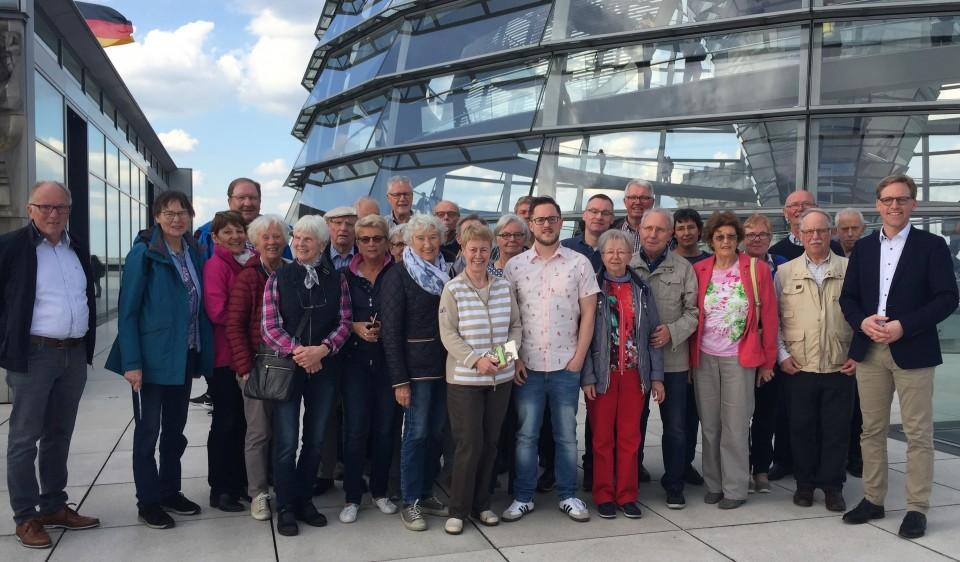 Die Teilnehmer im Bereich des Reichstagsgebäudes zusammen mit dem CDU-Bundestagsabgeordneten Marc Henrichmann (ganz r.), mit dem man über aktuelle Themen der Bundespolitik diskutierte.