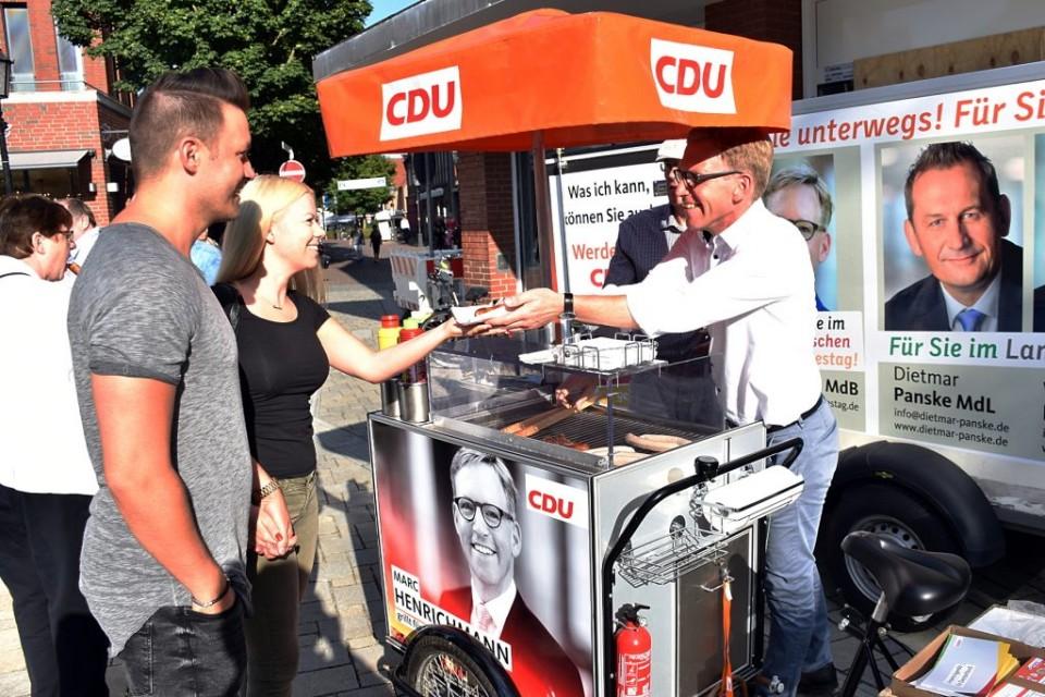 Bei frischer Grillwurst ließ sich bestens diskutieren: Der Bundestagsabgeordnete Marc Henrichmann führte in Lüdinghausen viele Gespräche.