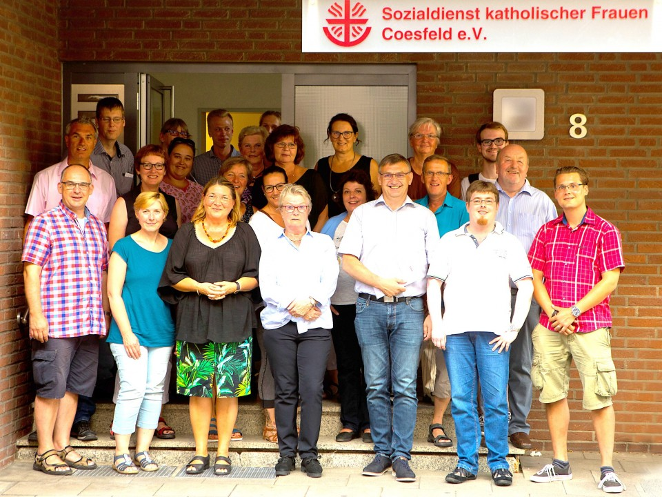 Zum Gruppenbild anlässlich der CDA-Sommertour des Landtagsabgeordneten Wilhelm Korth (untere Reihe 3.v.l.) stellten sich CDA-Mitglieder zusammen mit Vorstand und Mitarbeiterinnen des SkF vor dem Eingang auf.