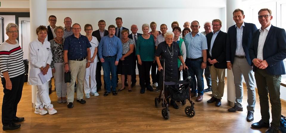 Chefärztin Dr. Irmgard Greving (2.v.l.) und Stationsleiterin Maria Schmidt (7.v.l.) informierten den Patientenbeauftragten Dr. Ralf Brauksiepe (10.v.l.), die heimischen Abgeordneten und Sozialpolitiker über die Palliativstation der Christophorus-Kliniken.