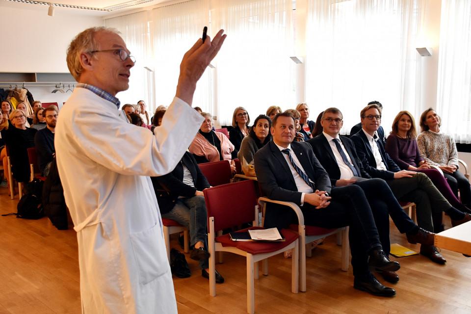 Die Entwicklung der Geburtshilfe im Münsterland erläuterte Dr. Klaus-Dieter Jaspers u. a. Juliane Walz vom NRW-Gesundheitsministerium, der Frauen Union-Kreisvorsitzenden V. Büscher sowie den Abgeordneten M. Henrichmann, W. Korth und D. Panske (v.r.n.l.).