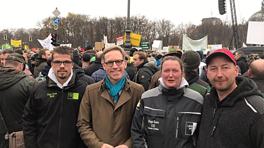 Am Rande der Demo traf Marc Henrichmann (2.v.l.) auf Bernd (r.) und Susanne Strätker, Lohnunternehmer aus Nottuln-Darup, sowie Mitorganisator Hendrik Meier aus Münster-Nienberge.