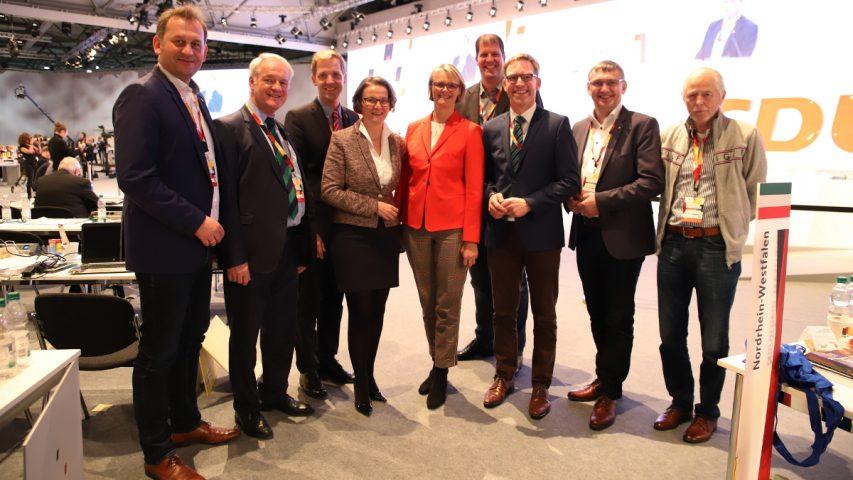 Bundesbildungsministerin A. Karliczek (Mitte) u. NRW-Heimatministerin I. Scharrenbach mit M. Henrichmann (3vr.), A. Lenter (4vr.), D. Panske, W. Jostmeier und Dr. C. Schulze Pellengahr (vl.) u. d. Gästen W. Ossig u. W. Korth (vr.). Foto: T. Wardenga