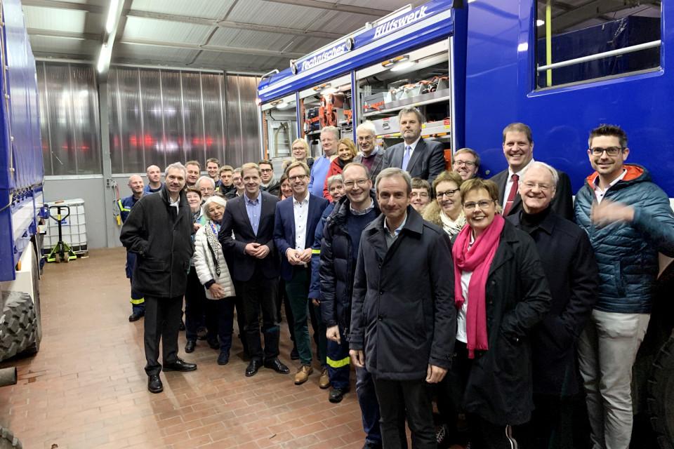Über den ehrenamtlichen Einsatz und die Ausrüstung des THW in Havixbeck informierte sich der CDU-Kreisvorstand, darunter der Kreisvorsitzende und Bundestagsabgeordnete Marc Henrichmann und Landrat Dr. Christian Schulze Pellengahr. Foto: CDU
